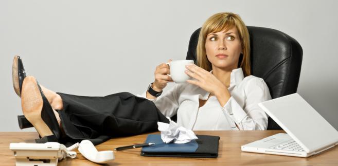 Urlop wypoczynkowy należy się bezwzględnie wszystkim pracownikom zatrudnionym przez pracodawcę na podstawie umowy o pracę. Każdy etatowiec ma nie tylko prawo do urlopu, ale dodatkowo nie może się tego prawa zrzec.