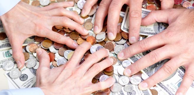 Wiele firm nie liczy na to, że senior spłaci dług. Z góry zakładają, że będą nękać spadkobierców