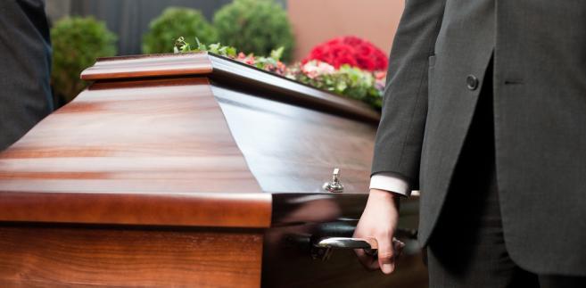 Obowiązek zgłoszenia zgonu spoczywa na osobie uprawnionej do pochówku.