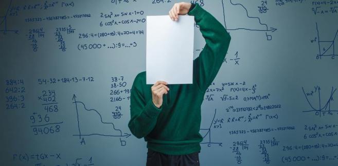 W mniejszych miejscowościach, w których nie ma konkurencji i jest tylko jedna placówka, dyrektorzy chętnie przyjmą każdego nauczyciela chemii lub fizyki.