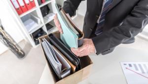 Już po rejestracji w powiatowym urzędzie pracy i uzyskaniem statusu bezrobotnego, osoba bez pracy może starć się o zasiłek dla bezrobotnych.
