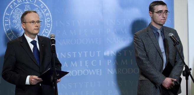 Prezes Instytutu Pamięci Narodowej Łukasz Kamiński oraz prokurator Tomasz Kamiński z Głównej Komisji Ścigania Zbrodni przeciwko Narodowi Polskiemu