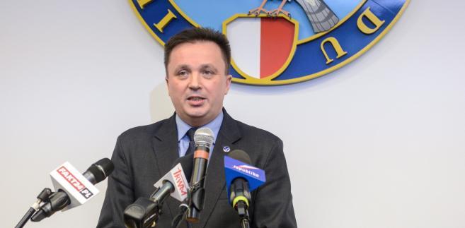 zef Biura Ochrony Rządu płk. Andrzej Pawlikowski w trakcie konferencji prasowej ws. raportu dot. incydentu z udziałem prezydenckiej limuzyny