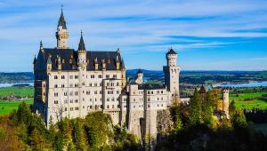 Zamek Neuschwanstein (Niemcy)Zamek Neuschwanstein leży niedaleko bawarskiego miasta Füssen, tuż przy granicy z Austrią. Tuż obok znajduje się także zamek Hohenschwangau. Pomimo budzącego historyczne skojarzenia wyglądu, zamek Neuschwanstein ma stosunkową niedługą historię. Powstał bowiem w 1869 roku dla króla bawarskiego Ludwika II Wittelsbacha. Średniowieczne skojarzenia są jak najbardziej słuszne. Budowla jest bowiem jednym z najlepszych przykładów niemieckiego historyzmu, którego zasadą było przywoływanie w kształtach budynku, wykończeniu i zdobieniach dawny styl zamczysk rycerskich.fot. Kiefer / Wikimedia Commons, lic cc-by-sa