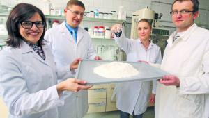 Prezentacja proszku, który jest dodatkiem spożywczym zawierającym tran i dobre bakterie. Na zdjęciu od lewej dr Wioletta Krawczyńska, prof. Artur Bartkowiak, dr Alicja Tarnowiecka-Kuca i dr Sebastian Żywicki