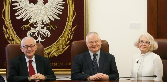 Członkowie RPP: przewodniczący, prezes NBP prof. Adam Glapiński, Grażyna Ancyparowicz  i Jerzy Osiatyński, przed rozpoczęciem posiedzenia Rady Polityki Pieniężnej w centrali NBP w Warszawie