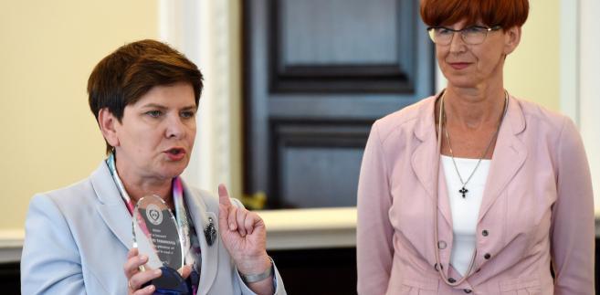 Elżbieta Rafalska przed posiedzeniem rządu przekazała na ręce premier Beaty Szydło Nagrodę Europejskiej Konfederacji Dużych Rodzin