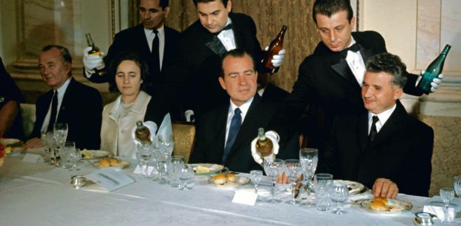 Prezydent USA Richard Nixon podczas wizyty w Rumunii w 1969 r. Siedzi między Eleną i Nicolae Ceauescu