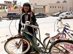 <strong>Dziewczynka w trampkach, reż. Haifaa Al-Mansour</strong><br><br>Wadjda ma 10 lat i mieszka w Rijadzie. W szkole uchodzi za buntowniczkę, ponieważ chodzi w porysowanych długopisem trampkach i próbuje bawić się z chłopcami. Jej największym marzeniem jest rower. Niestety, w Arabii Saudyjskiej kobiety nie mogą prowadzić samochodów, zaś dziewczynkom nie wypada jeździć na rowerze – ma to jakoby zagrażać ich cnotliwości. Aby zdobyć pieniądze na upragniony rower i przekonać dorosłych o swojej pobożności, Wadjda postanawia wziąć udział w konkursie recytacji Koranu