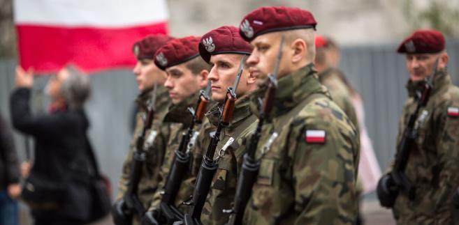 Sytuacja w armii pod kierownictwem szefa MON Antoniego Macierewicza jest dramatyczna, w armii panuje chaos - przekonywali w czwartek politycy PO.