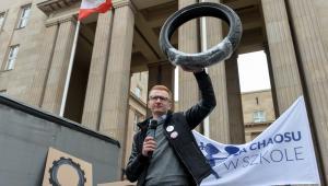 Artur Sierawski podczas Protestu 100 opon, zorganizowanego przez koalicję NIE dla chaosu w szkole przed budynkiem MEN w Warszawie