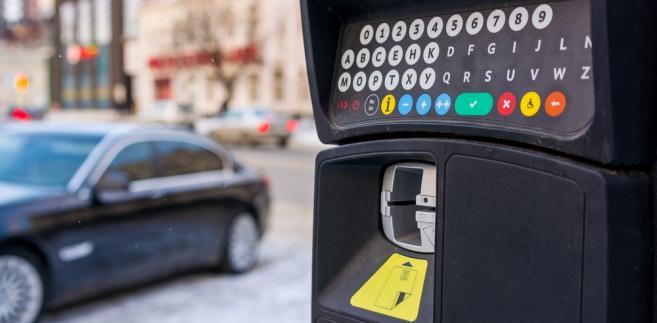 W czwartkowym wyroku sąd unieważnił fragment uchwały Rady Miasta Stołecznego Warszawy, która nakazuje kierowcom podawać numery rejestracyjne aut jeśli płacą w parkomatach nowego typu (tych posiadających klawiaturę).
