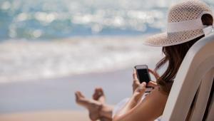 Odpowiednia karta płatnicza i telefon na kartęJeśli wakacje planujesz z wyprzedzeniem i masz zamiar zostać za granicą nieco dłużej, postaraj się wyrobić kartę płatniczą, która pozwala na płacenie bez prowizji bankowej. Bez tego narazisz się na mnóstwo dodatkowych, często ukrytych opłat, a to oznacza, że do każdego zakupu podczas wyjazdu dopłacisz nawet do 11% jego wartości! Przed wyjazdem upewnij się więc w swojej placówce banku, jakie pobierają prowizje. Na najkorzystniejsze koszty transakcji można liczyć w bankach, które prowadzą również konta w obcych walutach.  To samo dotyczy telefonów komórkowych. Co prawda, odkąd zlikwidowano opłatę roamingową na obszarze Unii Europejskiej, koszty związane z używaniem telefonu znacznie spadły, ale wciąż musimy uważać na korzystanie z internetu.