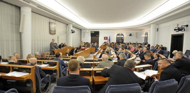 Senatorowie debatowali nad ustawą ponad 15 godzin.