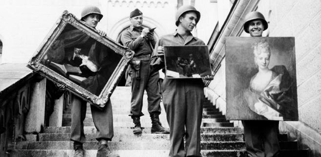 Amerykańscy żołnierze z odzyskanymi dziełami sztuki, Niemcy 1945 r.