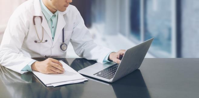 Z informacji DGP wynika, że część lekarzy, którzy są w trakcie specjalizacji finansowanej z budżetu państwa, miałaby otrzymać kolejną propozycję podwyżek.