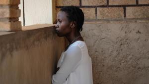 """""""Ptaki śpiewają w Kigali"""" to mniej opowieść o konkretnym wydarzeniu historycznym czy miejscu, natomiast dużo bardziej uniwersalna historia. Bowiem, jak wielokrotnie powtarzała reżyserka w wywiadach, """"ludobójstwo zaczyna się od słów"""". """"Ptaki śpiewają w Kigali"""" (2017)"""