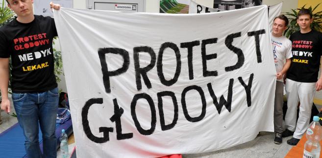Protestujący domagają się wzrostu nakładów na ochronę zdrowia do 6,8 proc. PKB w 2021 r.