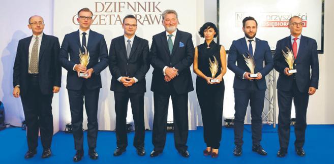 Przedstawiciele nagrodzonych firm z redaktorem naczelnym DGP Krzysztofem Jedlakiem (trzeci od lewej) i prezesem Grupy Infor Ryszardem Pieńkowskim (w środku)