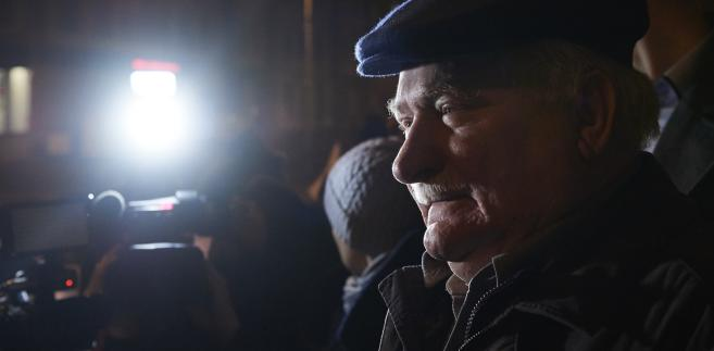 """Lech Wałęsa na manifestacji """"Wolne sądy"""" przed budynkiem Sądu Okręgowego w Gdańsku"""