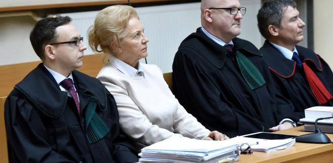 Adwokat Piotr Sak, Krystyna Kornicka-Ziobro oraz prokurator Paweł Baca podczas rozprawy