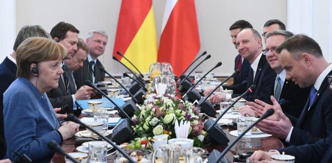 Prezydent Andrzej Duda i kanclerz Niemiec Angela Merkel wraz z delegacjami, podczas spotkania w Belwederze w Warszawie