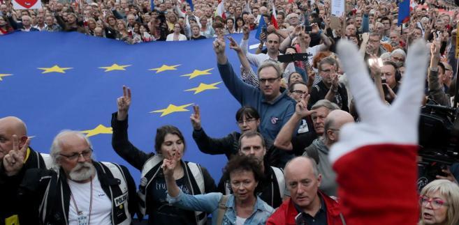 Według szacunków policji w kulminacyjnym momencie przed Sądem Najwyższym demonstrowało ok. 1,5 tys. osób.