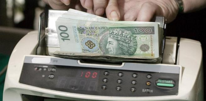 MF wymienia za pośrednictwem BGK środki z UE na rynku, aby stabilizować kurs złotego.