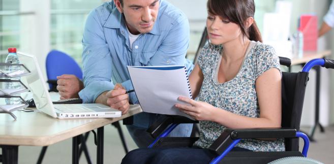 Gmina może przyznać pomoc, gdy wniosek o nią składa małżonek osoby niepełnosprawnej.