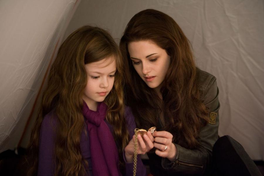 """Kristen Stewart i Mackenzie Foy w filmie Saga """"Zmierzch"""": Przed świtem. Część 2"""
