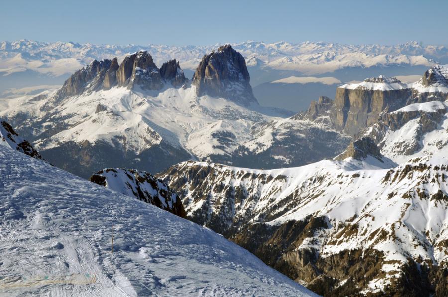 """Cortina D'Ampezzo jest nazywana """"Królową włoskich Dolomitów"""", ponieważ położona jest w samym sercu tych gór. Posiada setki kilometrów tras i wyciągów narciarskich określanych krótko – bardzo słoneczne i wiecznie ośnieżone, gdyż aż 95% z nich posiada sztuczne naśnieżanie."""