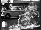 """<b>Wybuchowy debiut</b><br />Najpierw było to jedno z  najsłynniejszych reporterskich zdjęć, później stało się jedną z najbardziej rozpoznawalnych okładek muzycznych w historii. Mowa o fotografii buddyjskiego mnicha zrobionej chwilę po tym, jak podpalił się w 1963 roku w Sajgonie na znak protestu przeciwko represyjnej polityce wobec buddystów.<br />Materiał, który znalazł się na debiucie Rage Against The Machine okraszonym tym zdjęciem, był nie mniej wstrząsający. To 10 ostrych polityczno-społecznych numerów mieszających hardcore z rapem. Główne skrzypce grają tu agresywny wokal Zacka de la Rochy oraz riffy, piski i kakofonie z gitary Toma Morello. Gościnnie na płycie pojawił się gitarzysta Stephen Perkins z Jane;s Addiction i przyszły wokalista Tool Maynard James Keenan.<br />""""Killing in the Name:, """"Bullet In The Head"""", """"Know Your Enemy"""" - m.in. te ikoniczne dla rapcore'u numery znalazły się na """"Rage Against The Machine"""". Później pojawiły się jeszcze trzy albumy grupy. Ostatni aż 12 lat temu i na razie niestety nie ma planów na nowy materiał.<br /><iframe width=""""630"""" height=""""473"""" src=""""http://www.youtube.com/embed/1-qcVbD4dRk?rel=0"""" frameborder=""""0"""" allowfullscreen></iframe>"""