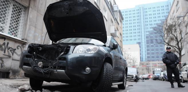 Samochody podpalone na ulicy Oleandrów w Warszawie