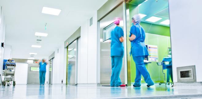 Lekarz na oddziale ratunkowym poza kodeksem pracy