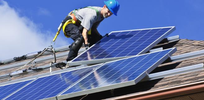 Coraz więcej osób decyduje się na instalacje paneli słonecznych na swoich budynkach.