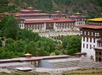 """3. miejsce: Thimphu – największe miasto i zarazem stolica Bhutanu. Od wielu lat serwuje turystom niezwykłe i niezapomniane doświadczenia. Miasto hipnotyzuje nowoczesnością i zabytkowym charakter. Mieszkańcy są przyjaźni w stosunku do turystów, nie zapominając jednocześnie o swojej dumie, zę pochodzą z tak niezwykłego miasta. Jedyne co może zrobić turysta to """"spakować swój plecak i cieszyć się poczuciem przygody""""."""
