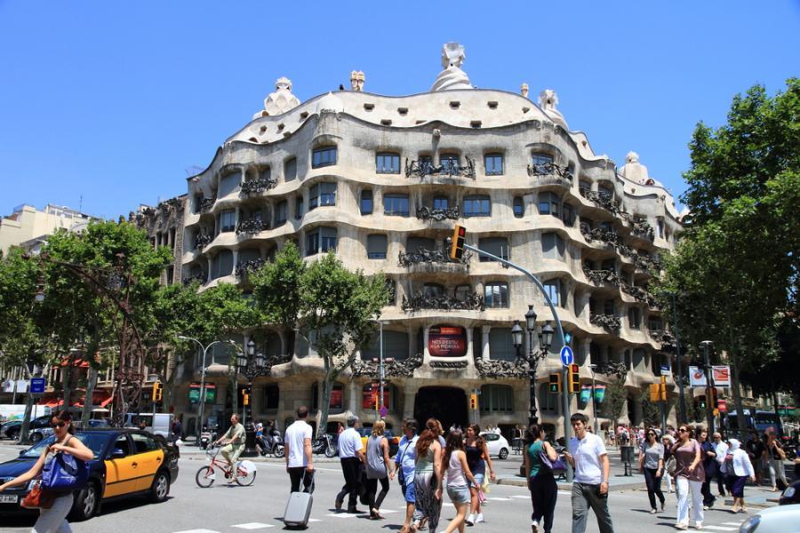 """Casa Milà (La Pedrera) - znaczy Dom Mili - to budynek w Barcelonie powstały w latach 1906-1910. Zaprojektował go i wykonał Antoni Gaudí dla przedsiębiorcy Pere Mili i Jego żony. Jest to najbardziej dojrzały i ostatni projekt """"świecki"""" tego architekta. Casa Milá, jak pragnął sam Gaudí, miała być odpowiedzią na brak interesujących budynków w mieście. Ze względu na prezencję (budynek wygląda jak potężny skalny blok) barcelończycy przezwali go La Pedrera, co znaczy Kamieniołom."""
