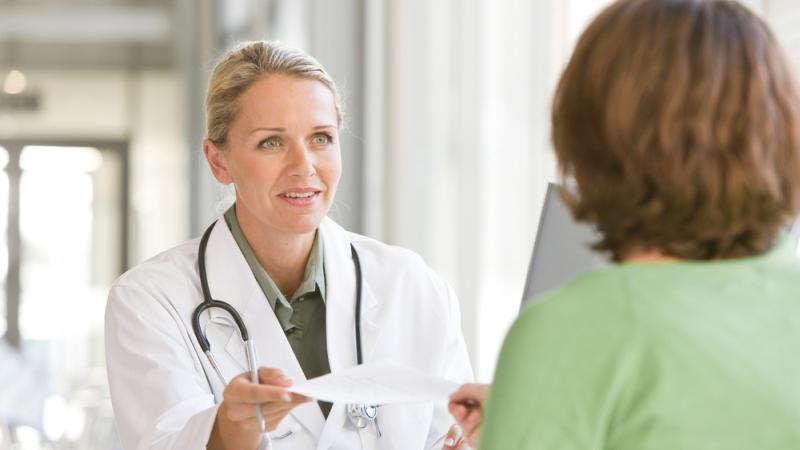 Lekarz rozmawiający z pacjentem