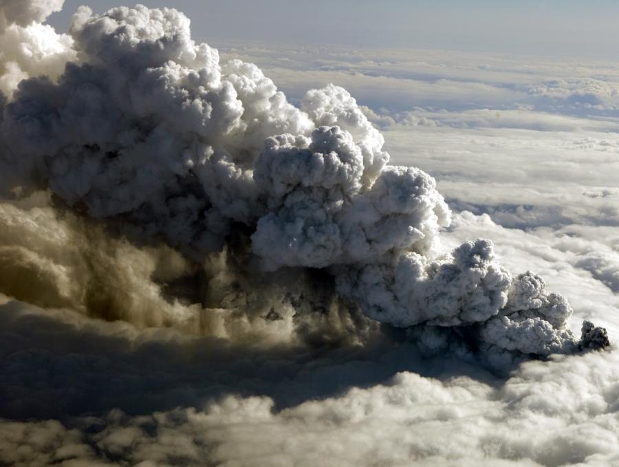 Wybuch wulkanu na Islandii i wydobywający się z niego pył powodują coraz większe straty