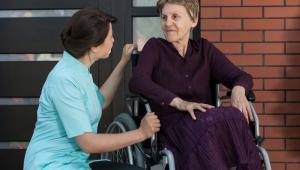 Każda placówka zapewniająca całodobową opiekę osobom niepełnosprawnym, przewlekle chorym i w podeszłym wieku, powinna posiadać zezwolenie wojewody i wpis do rejestru