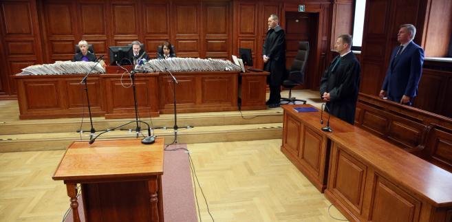 Były wiceszef BOR gen. Paweł Bielawny i jego obrońca, mecenas Piotr Jezierski, podczas ogłoszenia wyroku przez Sąd Okręgowy w Warszawie
