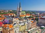 <strong>Zagrzeb</strong> <br></br> Będąc w Chorwacji nie sposób nie odwiedzić jej największego miasta i stolicy, czyli Zagrzebu. Co prawda miasto nie jest położone nad Morzem Adriatyckim, ale jest znakomicie skomunikowane z resztą kraju (łatwo tu dojechać z któregokolwiek nadadriatyckiego kurortu). W przypadku wakacyjnej podróży z Polski do Chorwacji samochodem (np. przez Słowację i Węgry) Zagrzeb to idealne miejsce na krótkie zwiedzanie w drodze do wybrzeża. <br></br> Historycznym sercem miasta jest zabytkowe Górne Miasto (Gornji Grad) z placem św. Marka (Trg svetog Marka) oraz kościołem (także św. Marka, crkva svetog Marka). Idealne miejsce na skosztowanie lokalnej kuchni i spacer połączony np. ze zwiedzaniem muzeum historii Chorwacji.  <br></br> Znacznie młodsza zabudowa, ale także warta zobaczenia, wypełnia Dolne Miasto (Donji Grad), gdzie dominują kamienice i gmachy sprzed 100 i 150 lat. To tutaj znajdziemy centralny plac Zagrzebia - plac bana Josipa Jelačicia. <br></br>