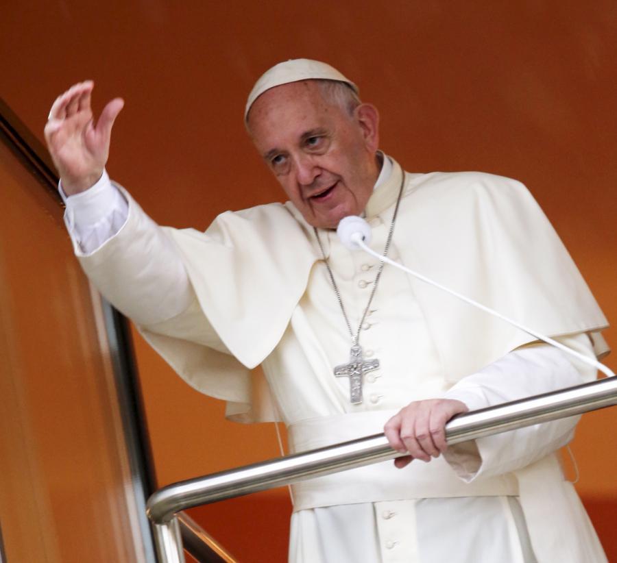 Papież Franciszek żegna się z pielgrzymami z Okna Papieskiego w Domu Arcybiskupów Krakowskich w Krakowie