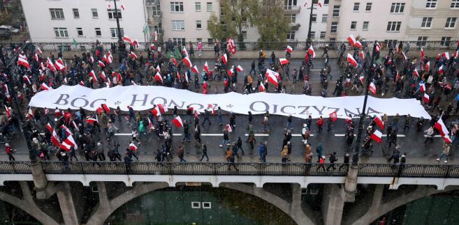"""""""Zwykle święto niepodległości powinno być demonstracją narodowej jedności. W Polsce jest jednak coraz bardziej znakiem podziałów"""" - ocenia """"SZ""""."""