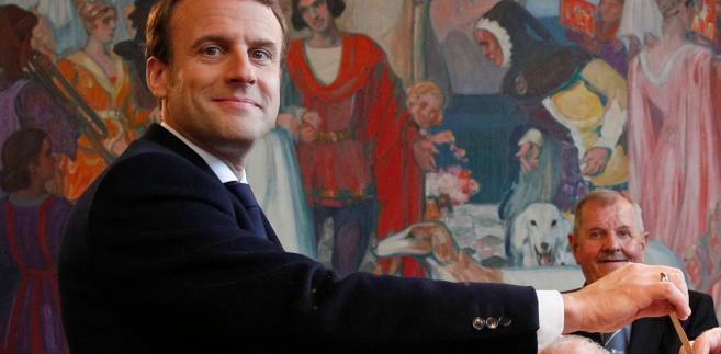 """Wcześniej w rozmowie z dziennikarzami w Brukseli zaznaczył, że śledził wypowiedzi Macrona podczas kampanii wyborczej. """"Wydawał się osobą, która będzie bardzo aktywnie kształtować globalizację zamiast budować mury wokół Francji"""" - zaznaczył."""
