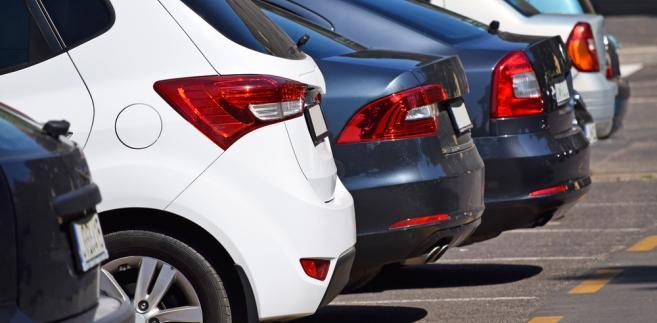 Prawo drogowe co do zasady nie zabrania parkowania na chodnikach