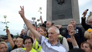 Uczestnicy kontrmanifestacji - wśród nich byli opozycjoniści Władysław Frasyniuk, Jan Lityński i Stefan Niesiołowski pod kolumną Zygmunta na pl. Zamkowym.