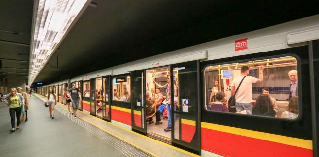 Pierwszą linią metra, która w całości działa od października 2008 r., dziennie jeździ ok. 500 tys. pasażerów. Pociągi na drugiej linii metra rozpoczęły kursowanie w marcu 2015 r. i dziś przewożą ponad 140 tys. pasażerów dziennie.