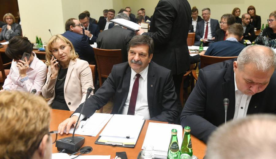 Przewodniczący podkomisji poseł PiS Janusz Śniadek podczas posiedzenie sejmowej komisji polityki społecznej i rodziny.