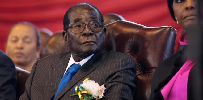 Robert Mugabe rządził krajem od niemal czterech dekad. Następczynią miała zostać młodsza o czterdzieści lat jego żona – Grace. Wojsko pokrzyżowało te plany.